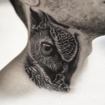 Мужское мини-тату на шее - глаз совы