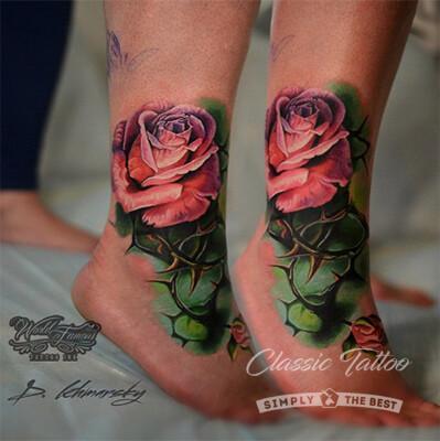 Тату на лодыжках у девушки - яркие цветные розы