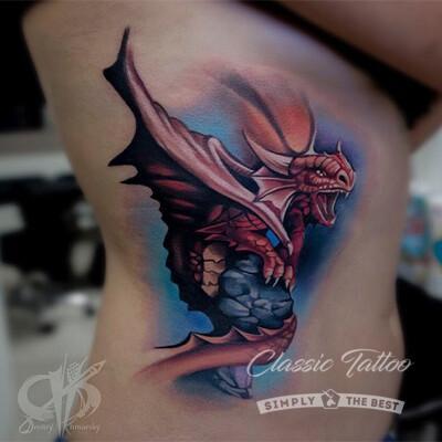 Цветное тату дракон на ребрах у девушки