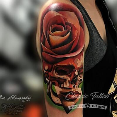 Тату в стиле нео-традишнл на плече у девушки - череп и роза