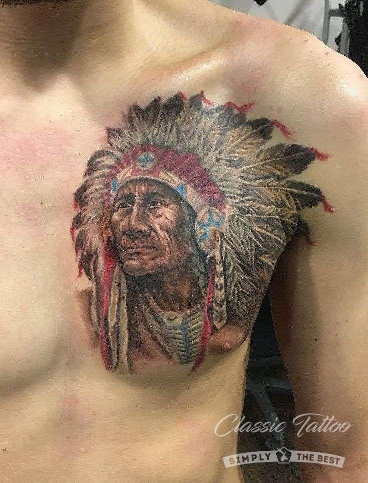Портрет индейца в стиле реализм - тату на груди мужчины