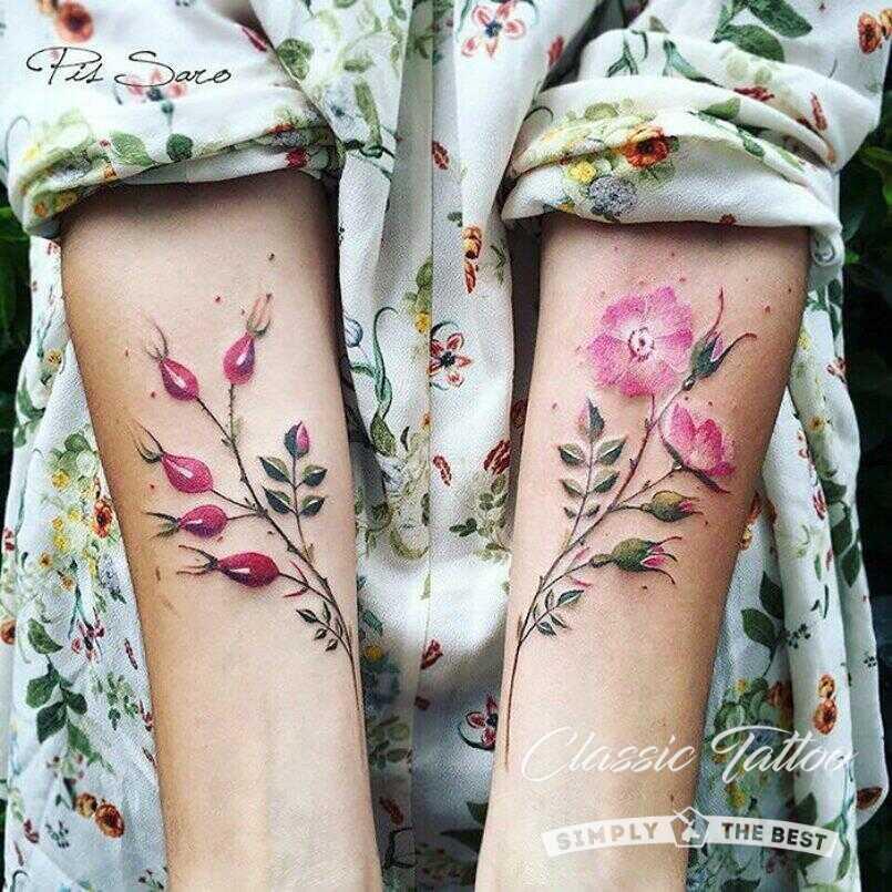 Цветы в стиле акварель - татуировки на плечах девушки