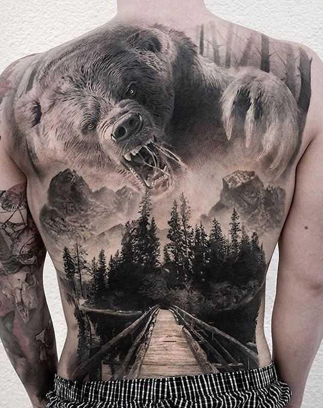 Мужская татуировка на спине в стиле реализм - медведь