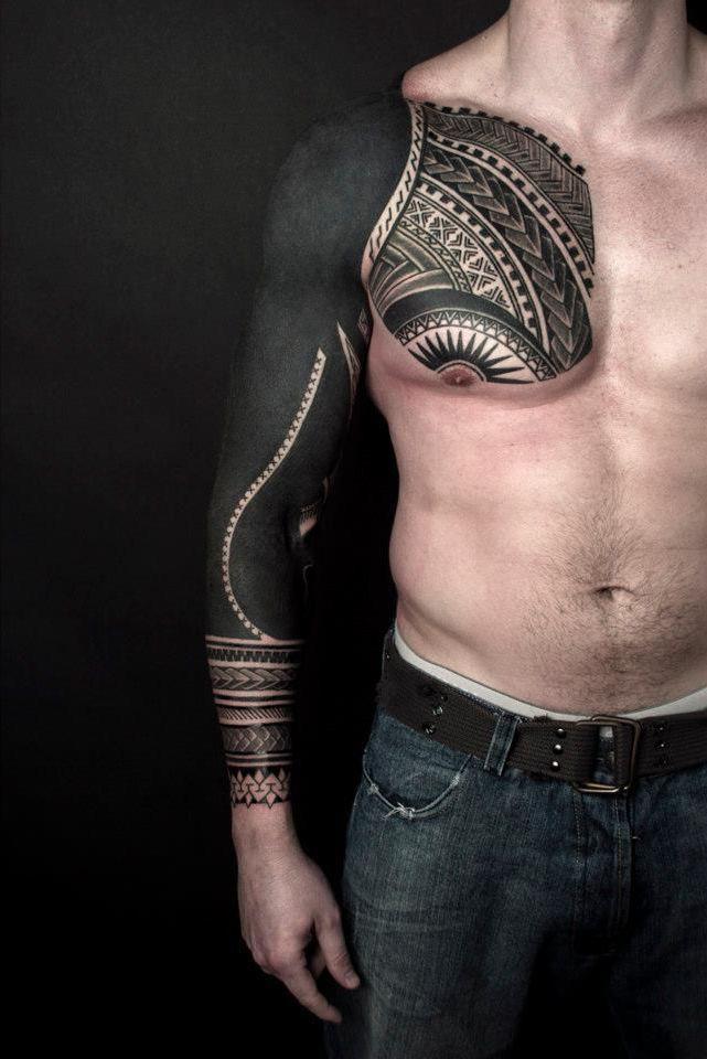 Мужское тату в стиле блэкворк на руке и груди