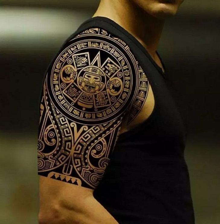 Тату мужское на плече в стиле маори на плече