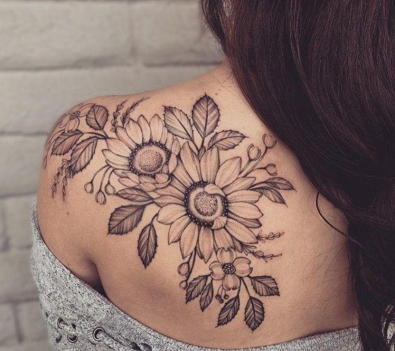 Черная тату на плече в виде цветов