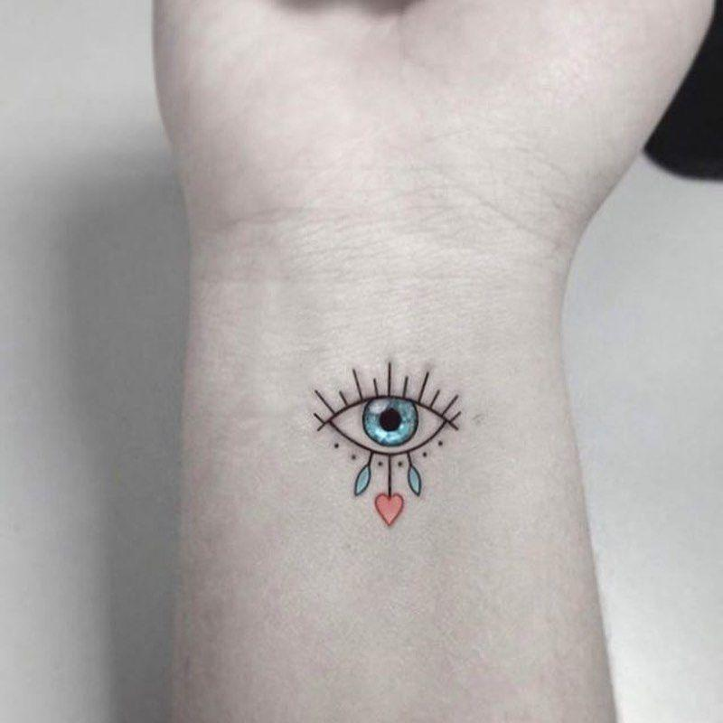 Цветная маленькая тату на запястье в виде глаза