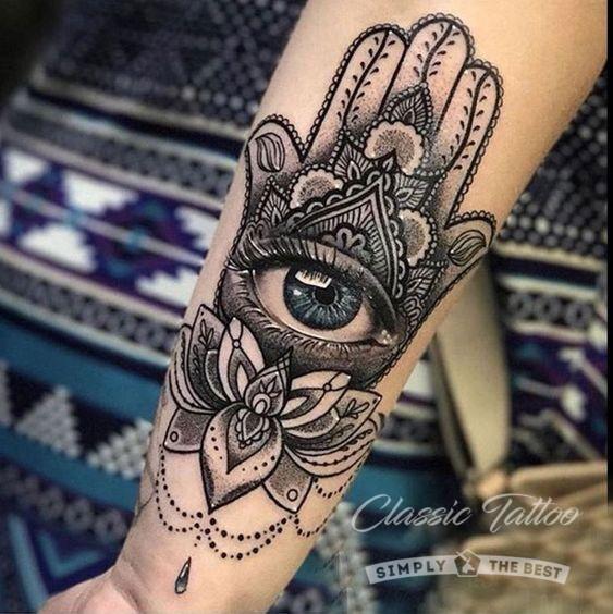Цветная татуировка на руке в стиле Хамса