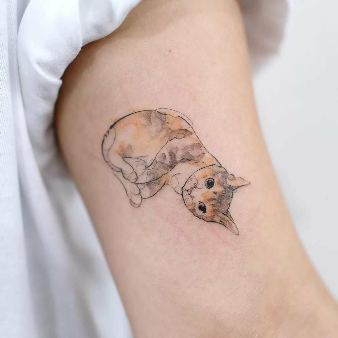 Маленькая цветная татуировка на руке в стиле животные