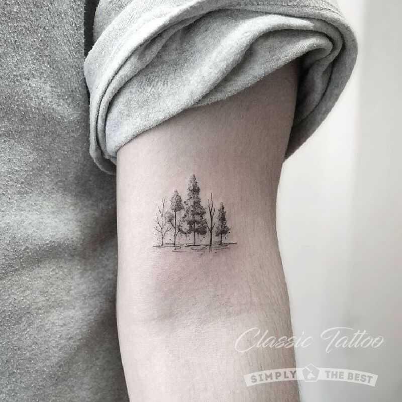 Черная мини тату на руке мужчины деревья