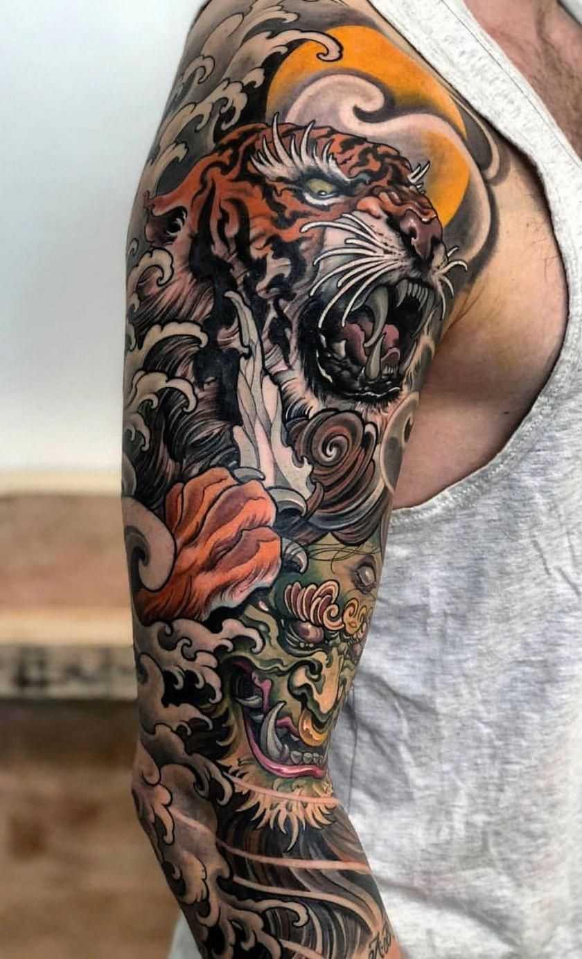 Цветная татуировка на руке мужчины в японском стиле