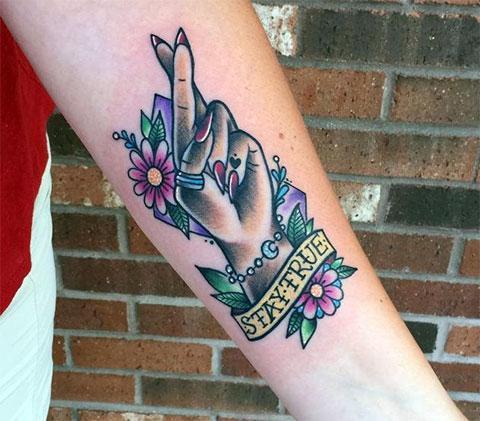 Цветная татуировка на предплечье в виде руки