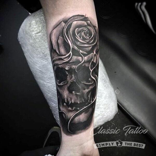 Черная тату на предплечье в виде черепа и розы стиль хоррор