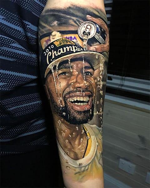 Цветная татуировка на предплечье в стиле портрет
