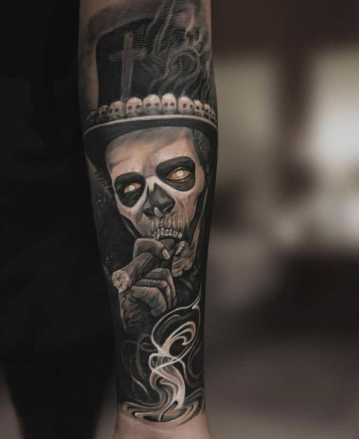 Черно-серое тату на руке мужчины в стиле хоррор