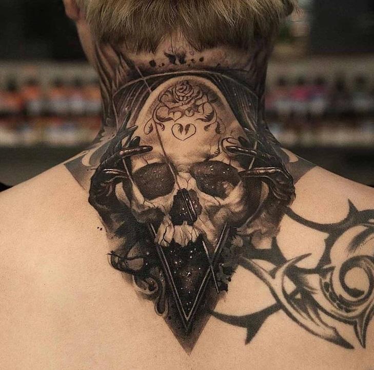 Чёрное тату на шее мужчины хоррор