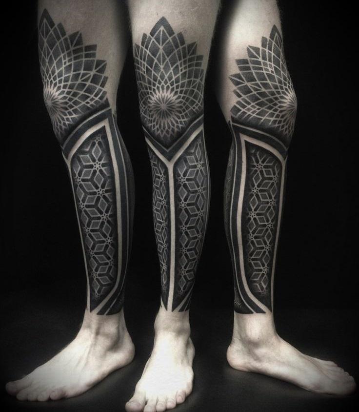 Черное тату на ноге мужчины в стиле абстракция