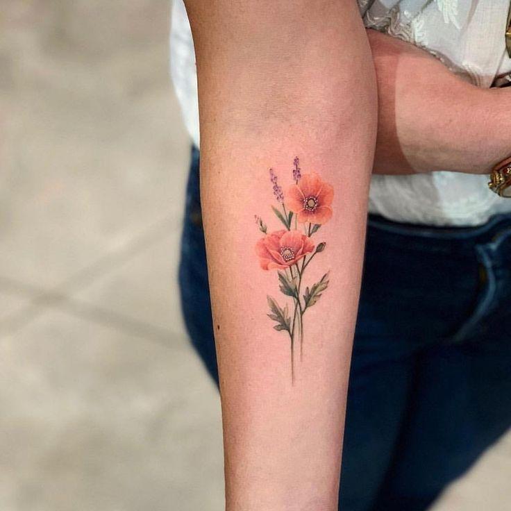 Флористическая цветная женская татуировка маки на предплечье