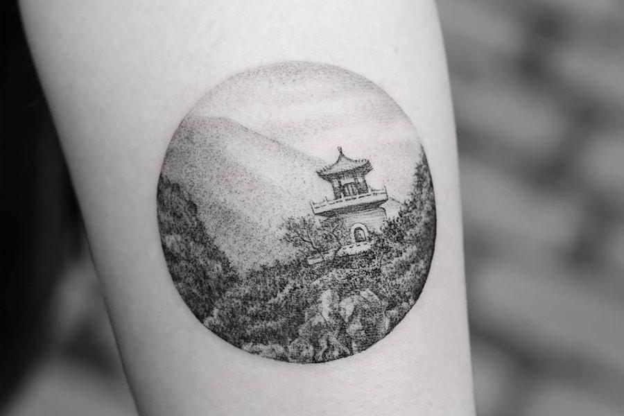 Монохромный китайский пейзаж дотворк - тату на руке у мужчины
