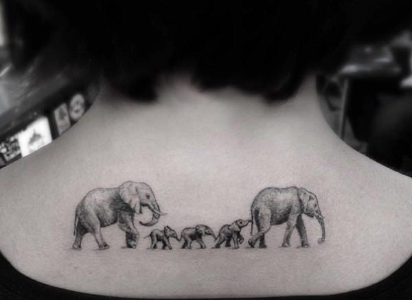 Монохромное небольшое тату для девушки на шее - слоны в стиле дотворк