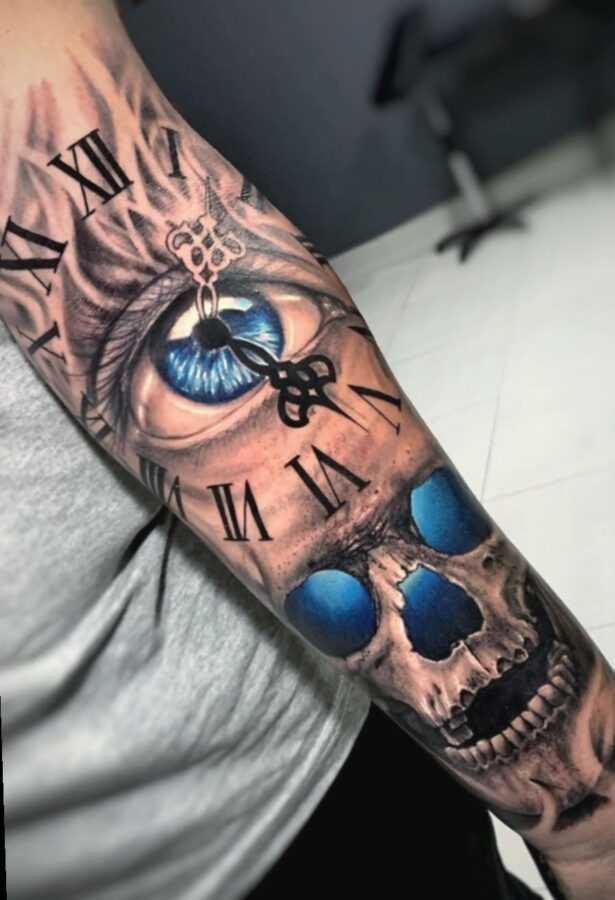 Цветная тату на руке в стиле хоррор