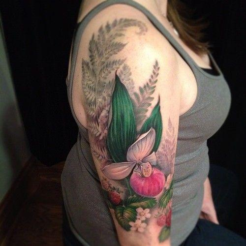 Флористическое реалистичное тату на плече у девушки орхидея и папоротник