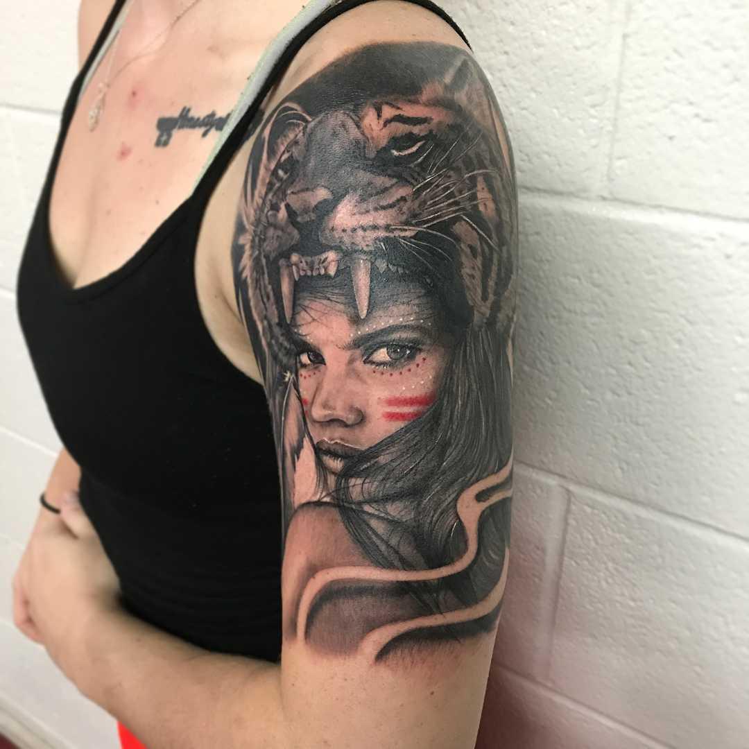 Женщина в шкуре тигра - реалистичный тату-портрет для девушки на плече