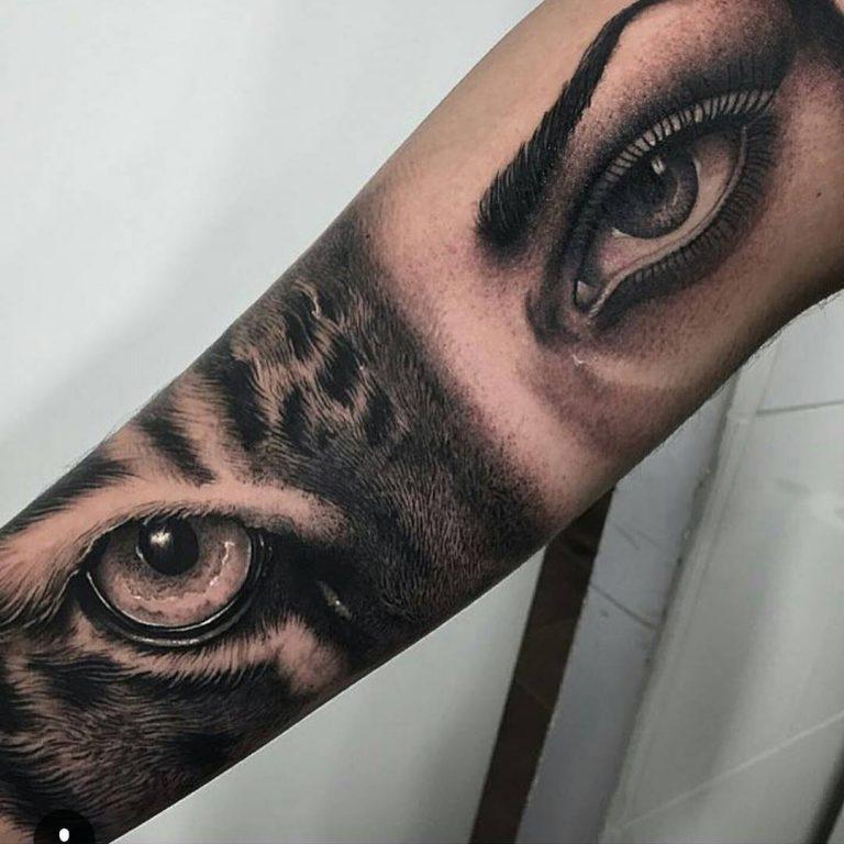 Глаза женщины и кошки - монохромная татуировка для девушки на руке