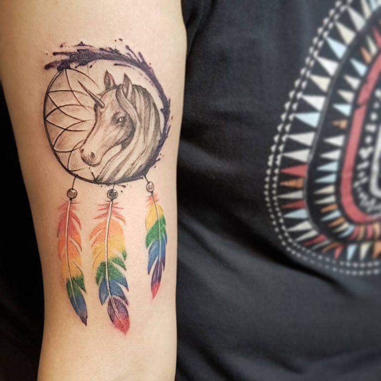 Ловец снов и лошадь - минималистичная татуировка на руке девушки