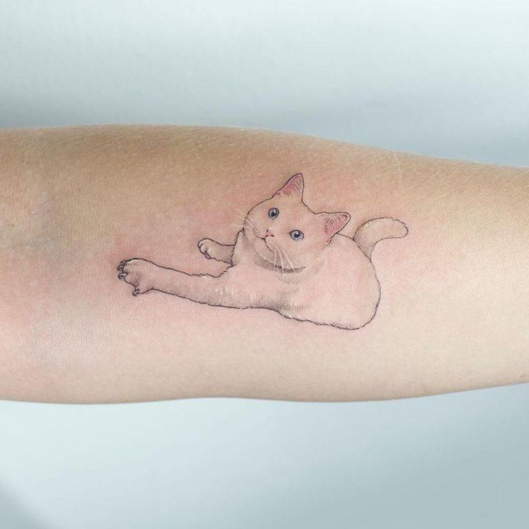 Кот в стиле минимализм - тату на руке для девушки