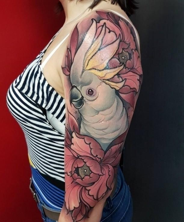 Цветная тату для женщины на руке попугай какаду в цветах