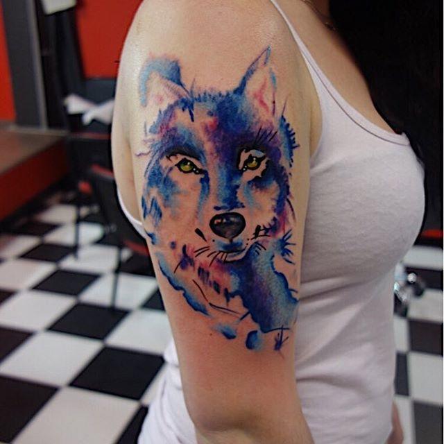 Женское тату на руке волк в стиле акварель