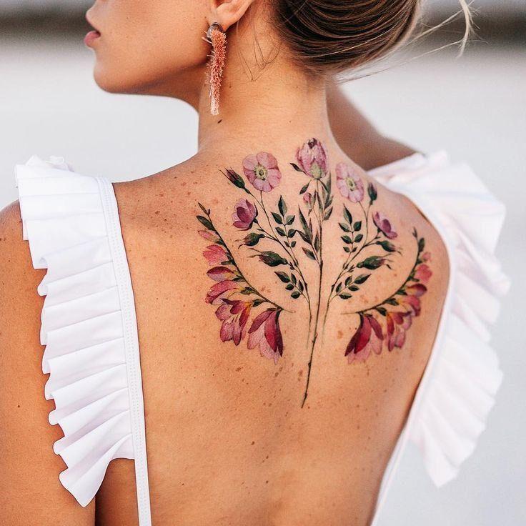 Женское цветное тату флористика на спине