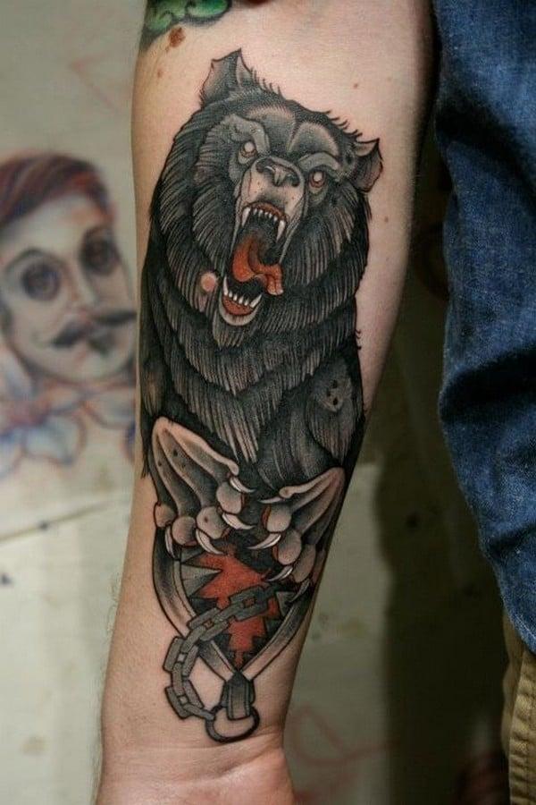 Цветное тату медведь на рук для мужчины традишнл