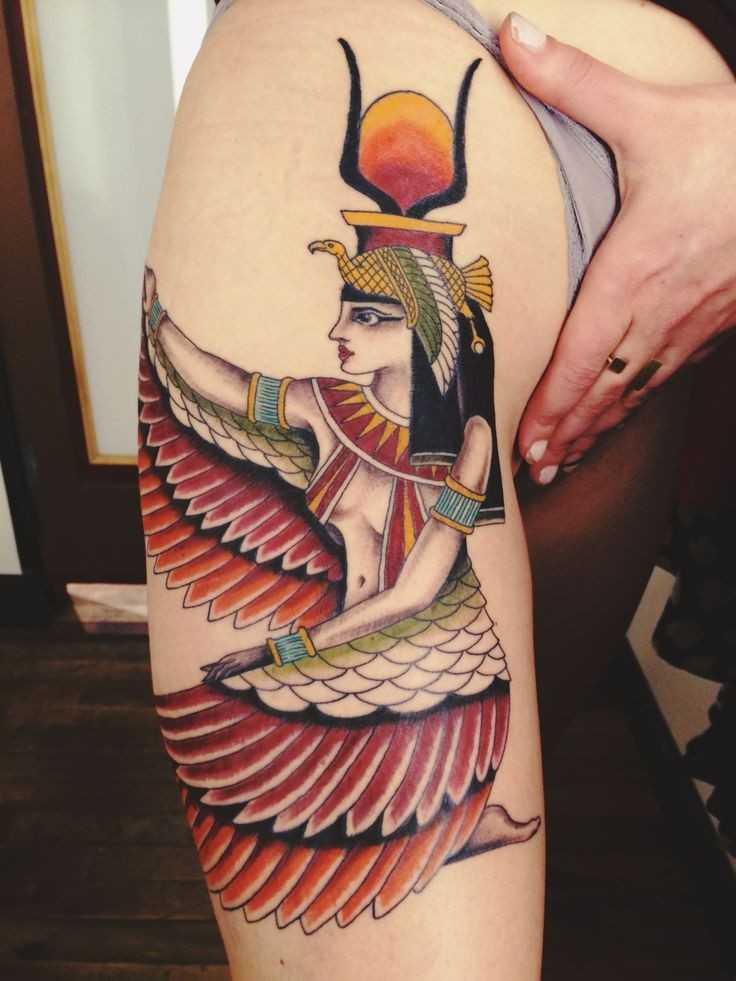 Цветная тату в египетском стиле богиня Исида на руке женщины