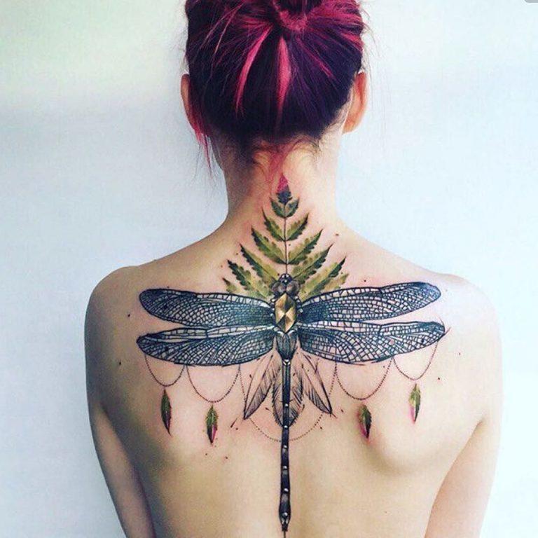 Большая цветная татуировка со стрекозой и папоротником на спине женщины