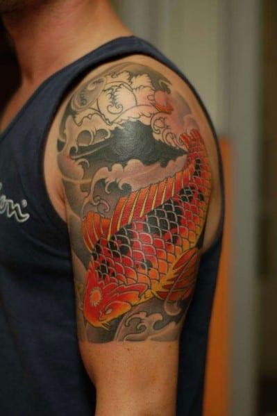 Тату в восточном стиле на плече - цветная рыба в волнах