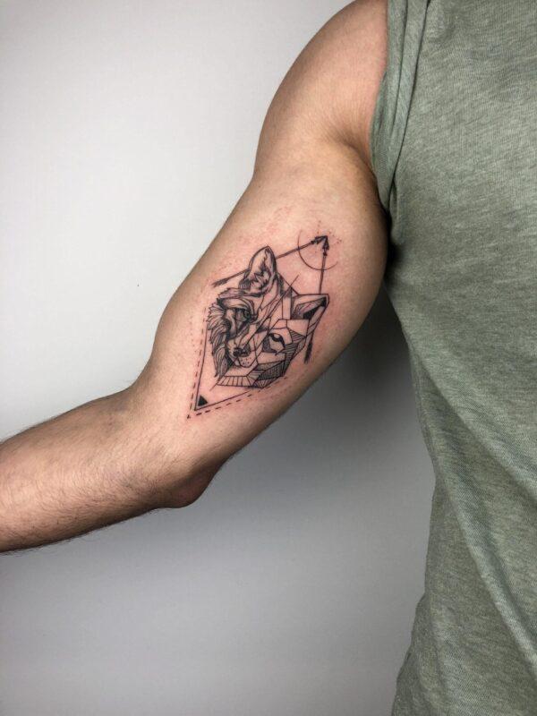 Волк и копья графика - мужское черно-белое тату на руке