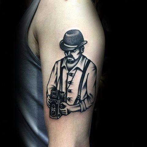 Черная татуировка на плече в стиле портрет