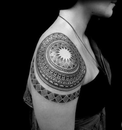 Этно узоры на плече в черном цвете - тату для девушки