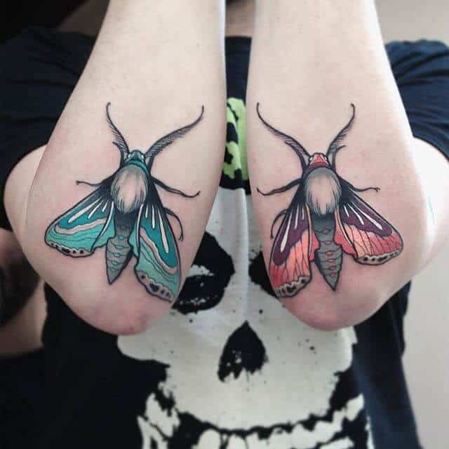 Небольшое цветное тату для мужчины - мотыльки в стиле реализм в районе локтей