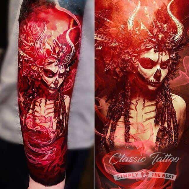 Красно-черный демон женщина в стиле хоррор - тату на руке у мужчины