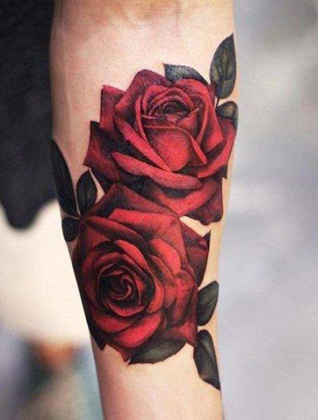 Красочная татуировка флористика розы на руке женщины