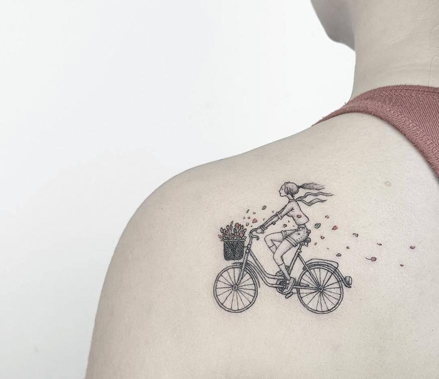 Тату для девушки на плече - девушка на велосипеде с розами, рисунок
