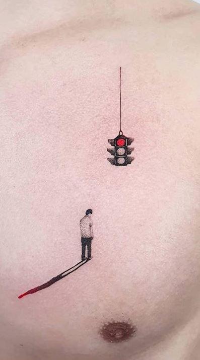 Человек и светофор - тату в стиле минимализм на груди мужчины