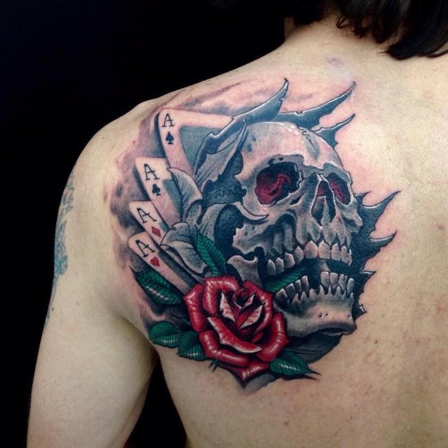 Мужская тату на лопатке - череп, карты, роза в стиле неотрадишнл