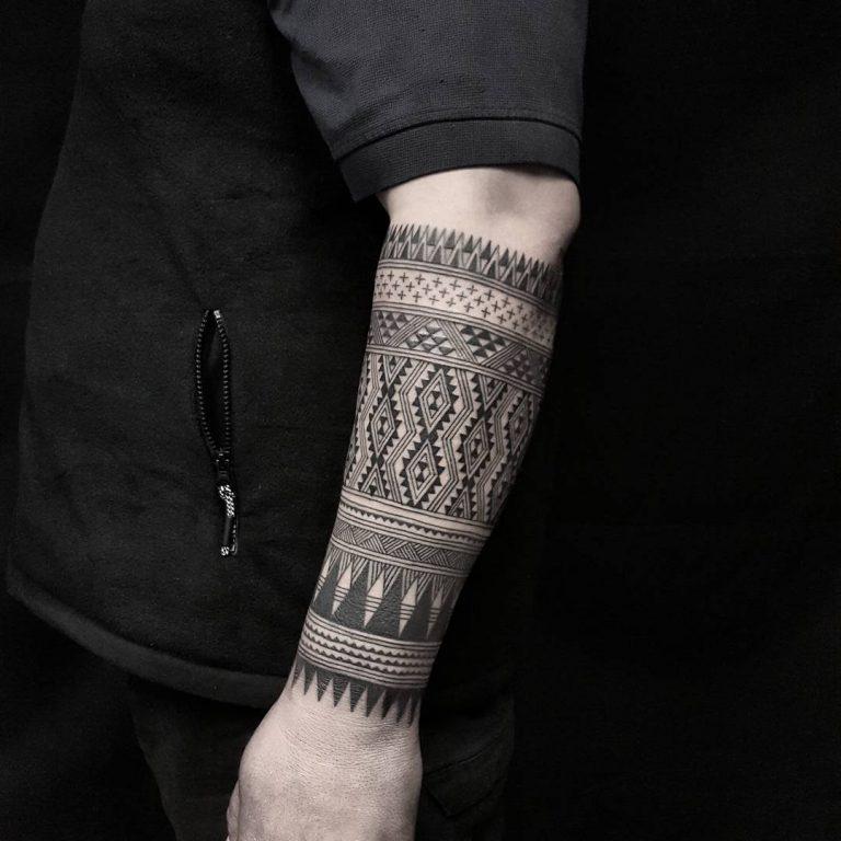 Сложный монохромный орнамент - тату для мужчины на предплечье