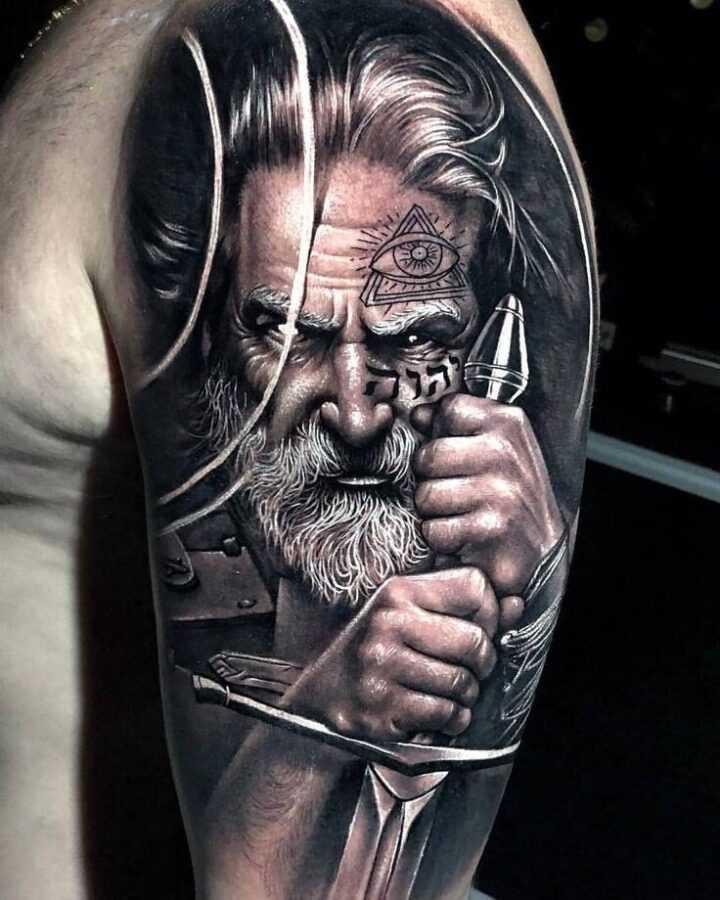Мужское тату на плече - старый воин с мечом портрет