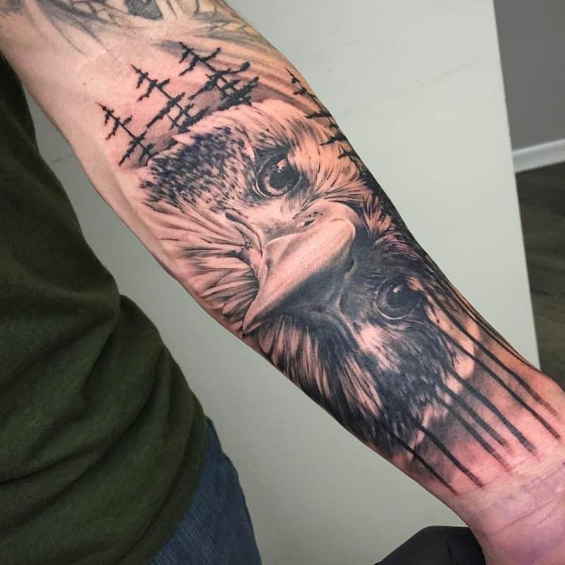 Хищная птица - монохромное тату в стиле реализм на предплечье мужчины