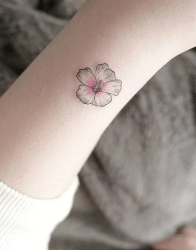 Цветная мини тату для девушки в виде цветка